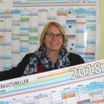 Bärbel Simon mit interkulturellem Kalender