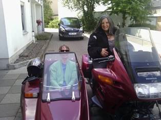 Helga Jäger mit Ihrem Beiwagen für Rollstuhlfahrer