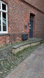 Foto einer Rollstuhlrampe an einem historischen Gebäude
