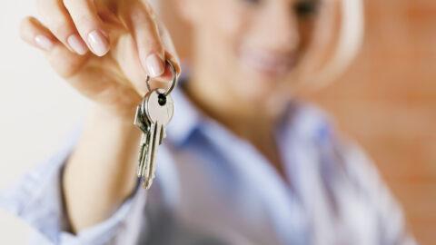 Frau mit Haustürschlüssel