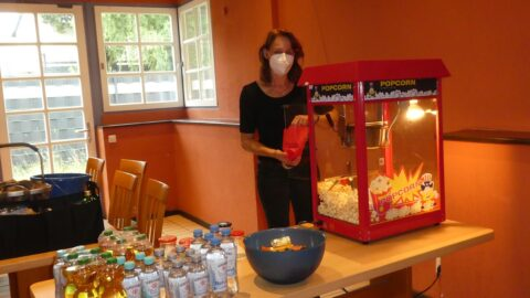 Getränke, Gummibärchen und Popcorn versüßten den Begegnungsabend