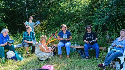 Teilnehmer*innen der Schreibwerkstatt nebeneinander